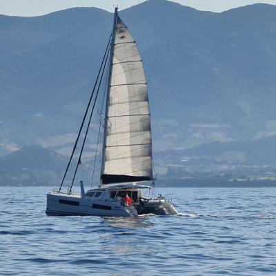 Catana 47 sous voile en Sardaigne
