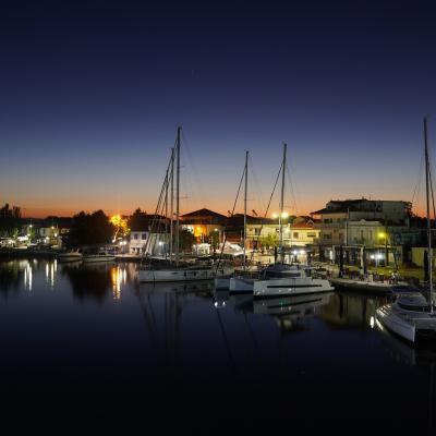 Marina en Grèce de nuit
