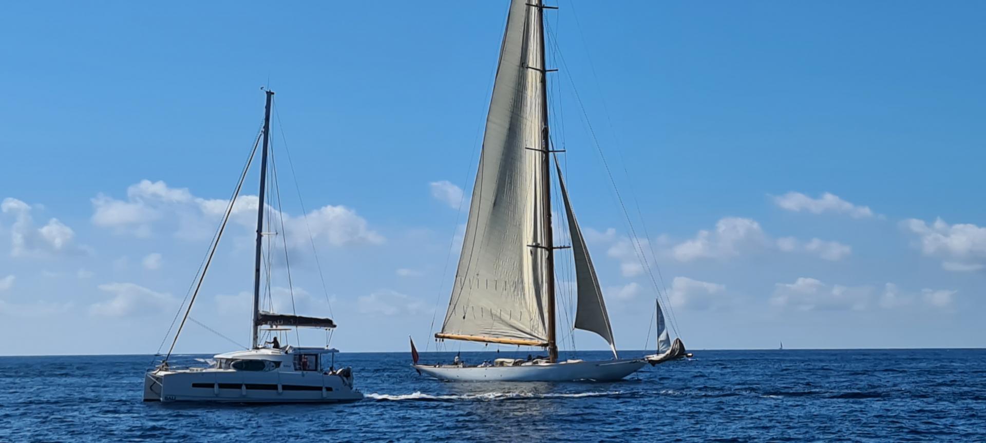 Monohull catamaran